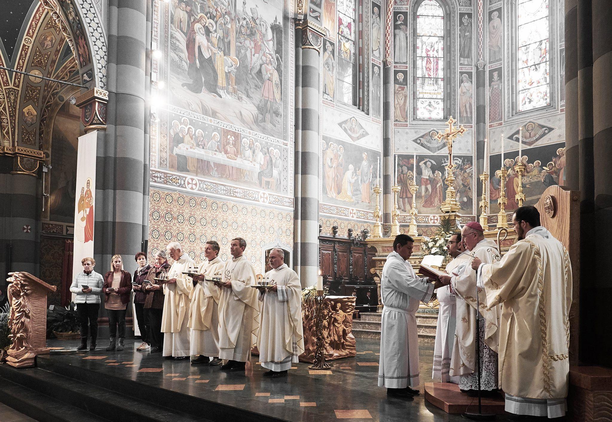 [photogallery] La messa del Crisma nella Cattedrale di Pinerolo