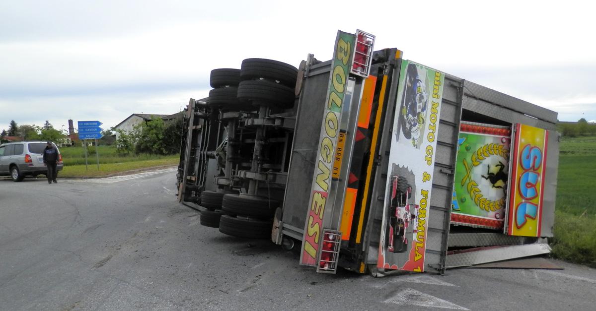 Osasco. Un camion si ribalta nella rotonda