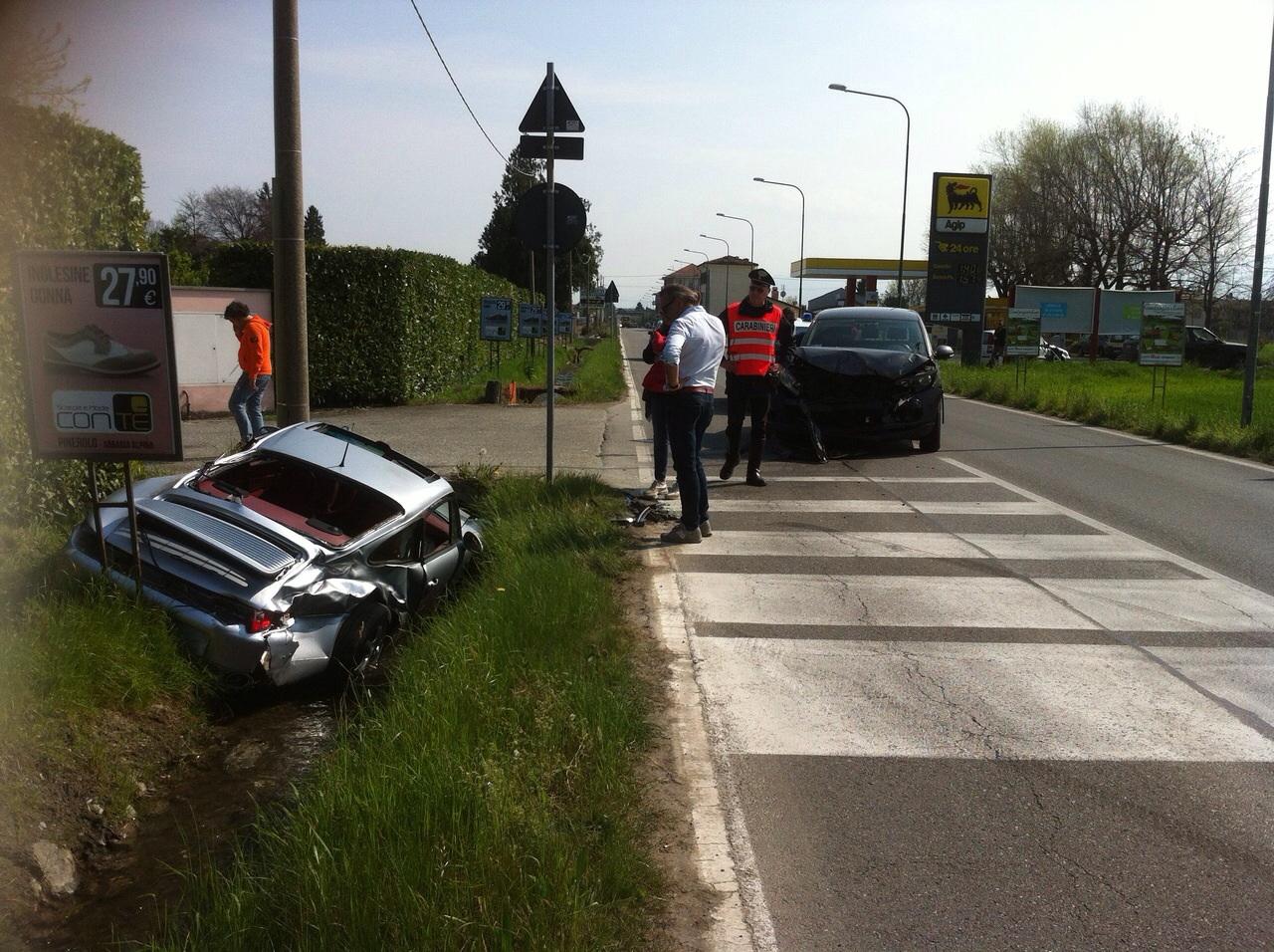Pinerolo. Incidente in via Saluzzo, distrutta una Porsche