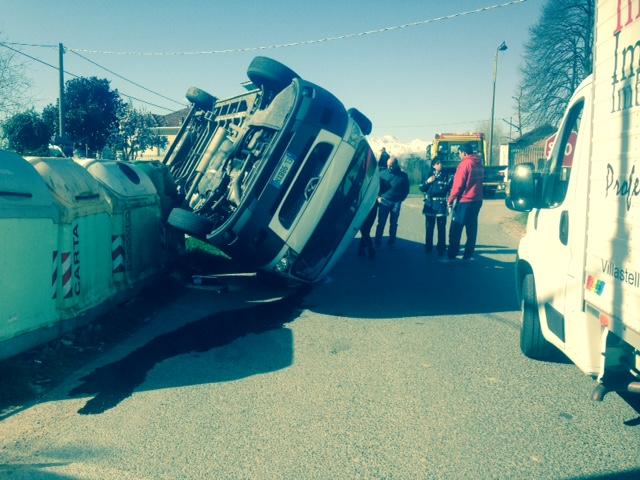 Incidente a Riva di Pinerolo, si ribalta un furgone