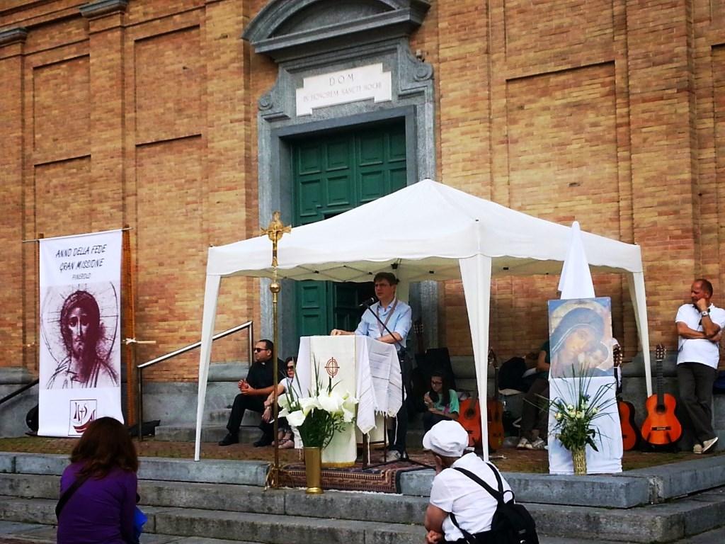 Pinerolo. Le comunità Neocatecumenali scendono in piazza per annunciare il Vangelo