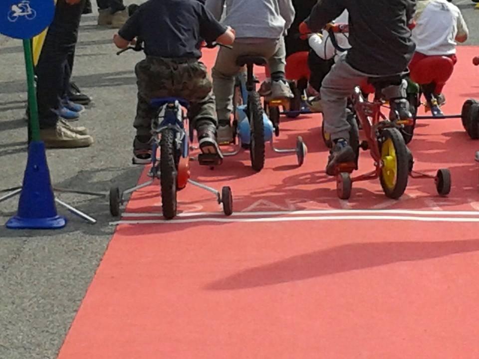 """Asilo nido Tabona di Pinerolo: festa e gara di tricicli nella giornata """"a porte aperte"""""""