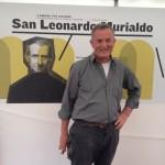 Il giuseppino don Franco Pairona di fronte all'immagine del Murialdo