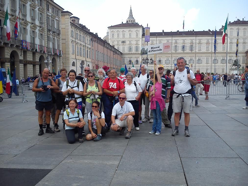 [photogallery] Davanti alla Sindone si conclude il pellegrinaggio a piedi da Pinerolo a Torino
