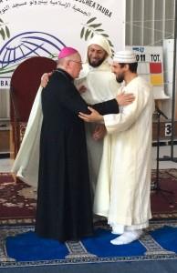 Il vescovo abbraccia l'imam (Foto Berrios)