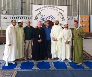 Il vescovo con i rappresentati della comunità islamica (Foto Berrios)