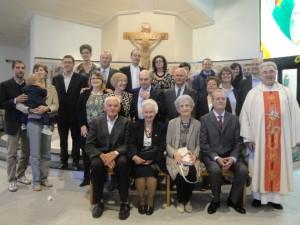 Don Andrea Ciaramella con le coppie di sposi in festa per gli anniversari