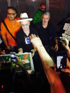 Bono distribuisce pizza a Torino