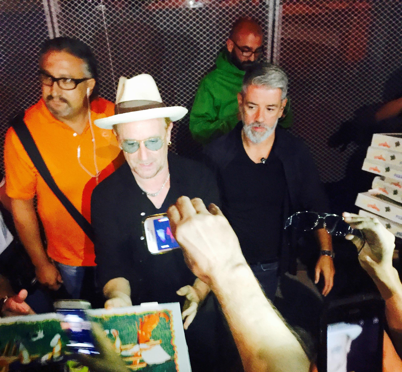 """""""Pizza Bona"""". A Torino il leader degli U2 si improvvisa pizzaiolo"""
