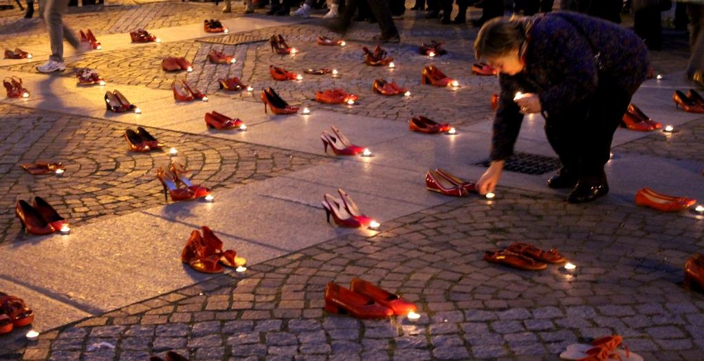 [Photogallery] A Piazza Facta scarpette rosse e candele accese contro la violenza… Sulle donne