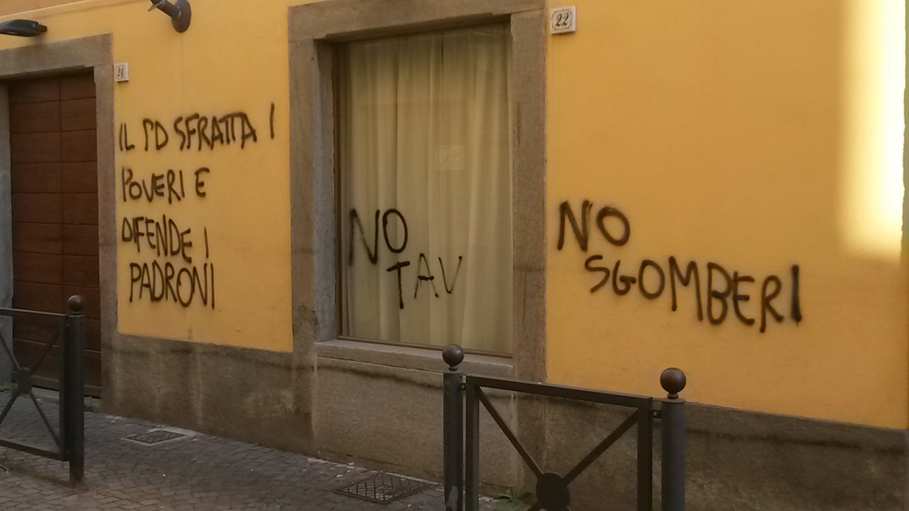 Pinerolo. Scritte sui muri alla sede del PD