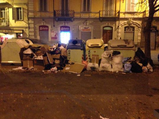 Pinerolo. Cassonetti stracolmi, rifiuti in strada