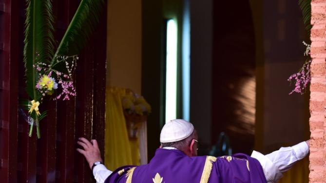 La forza del Papa dei poveri nella porta santa di Bangui