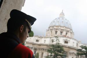 Arresti in Vaticano. Il Papa costruisce il bene. C'è chi lavora per il male