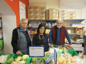 Da sinistra: Angelo Corio, una volontaria e Mario Bert