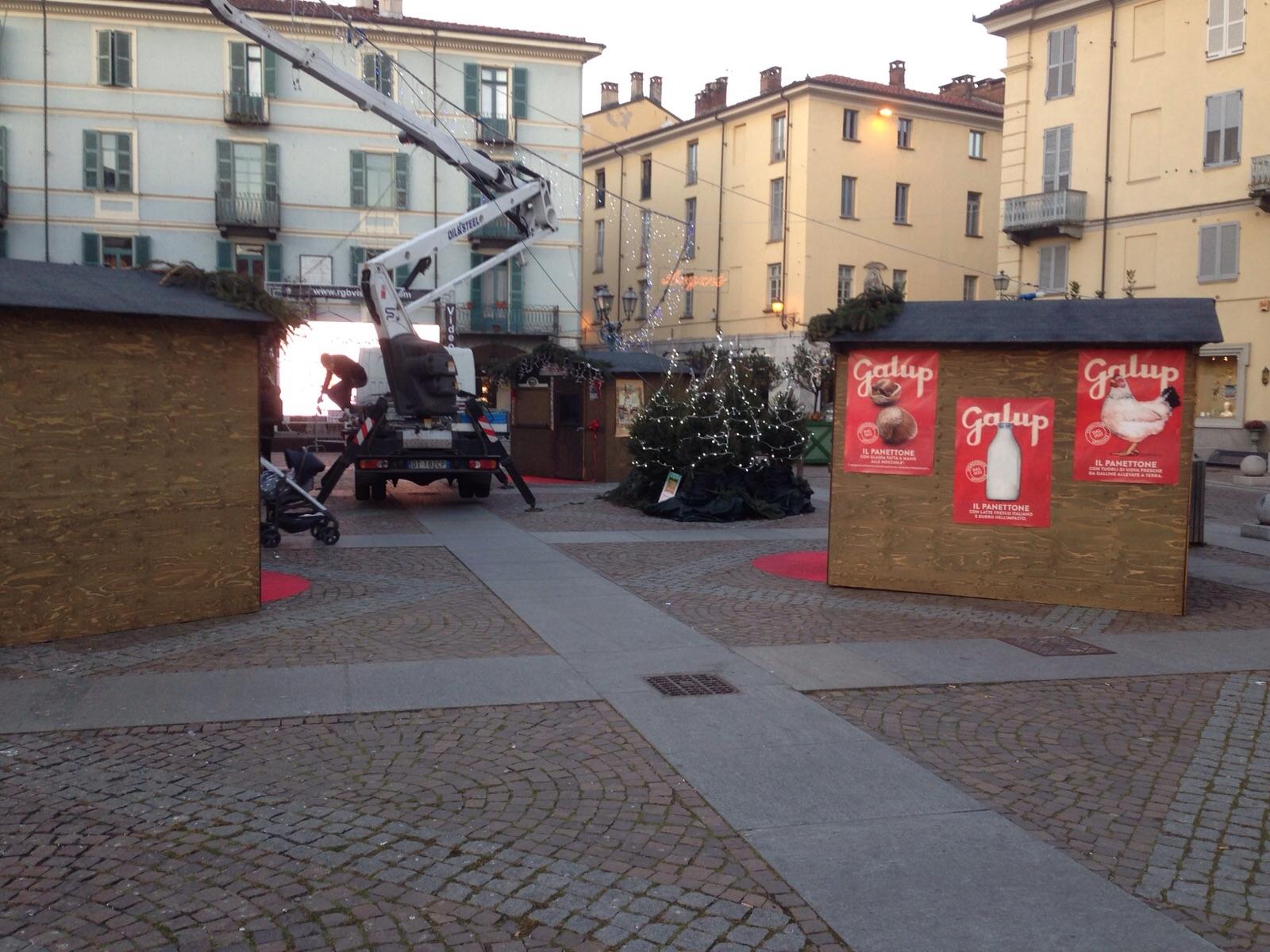 Pinerolo. Ladri in piazza Facta, rubate caramelle e lettere di Babbo Natale