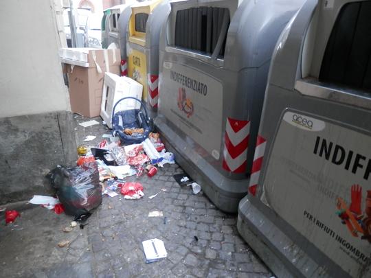 Pinerolo. Rifiuti abbandonati in piazza San Donato