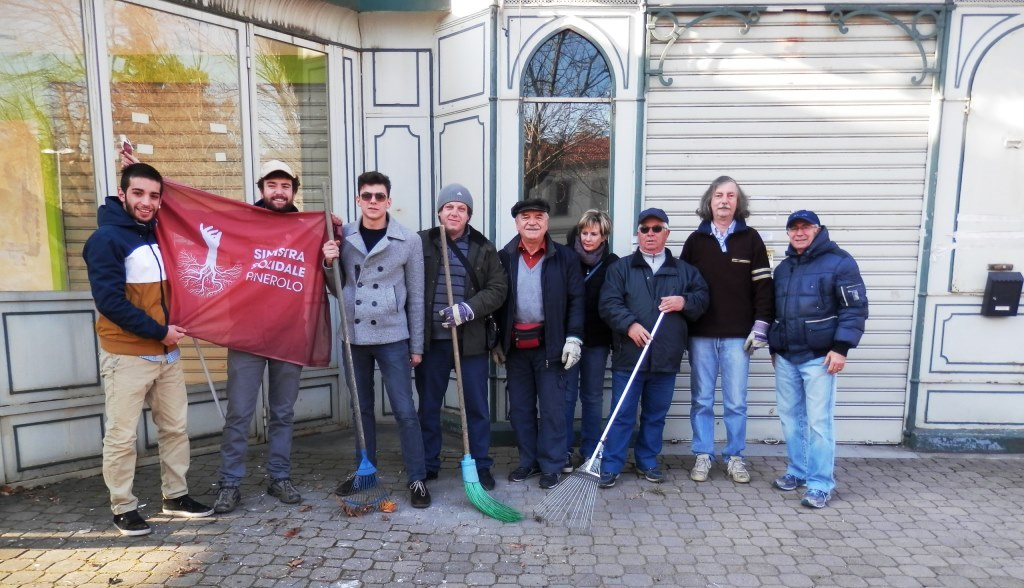 Pinerolo. Volontari ripuliscono l'area del chiosco della stazione