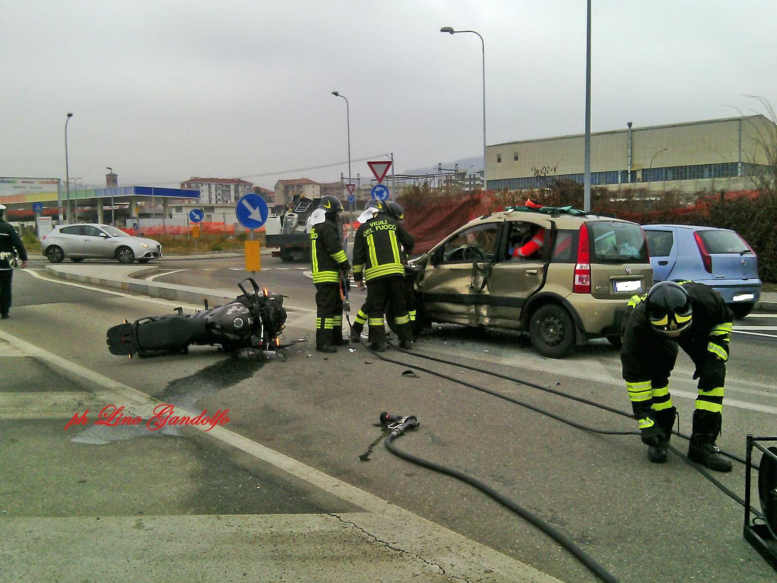 Incidente stradale a Pinerolo. Moto contro auto: due feriti