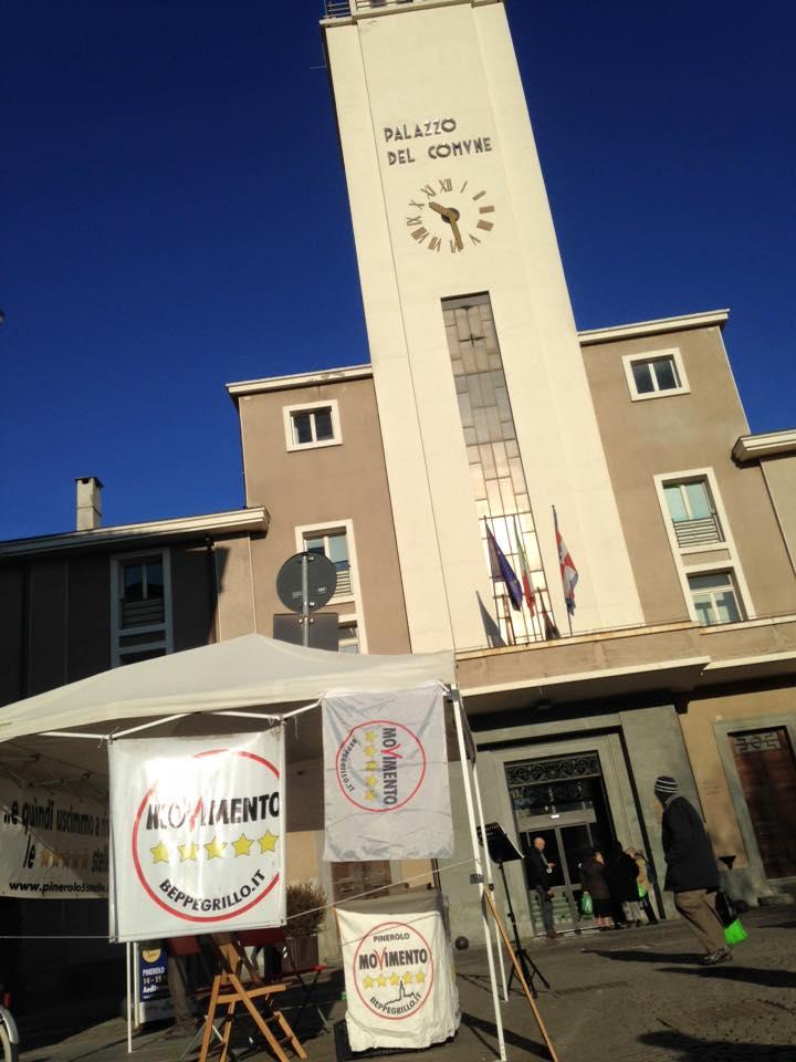Pinerolo. Il gazebo dei 5 Stelle sfrattato dalla piazza del mercato