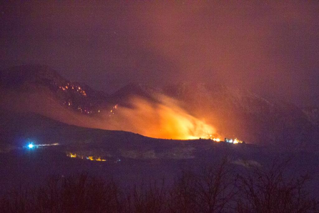 Val Pellice. Notte in fiamme al Montoso