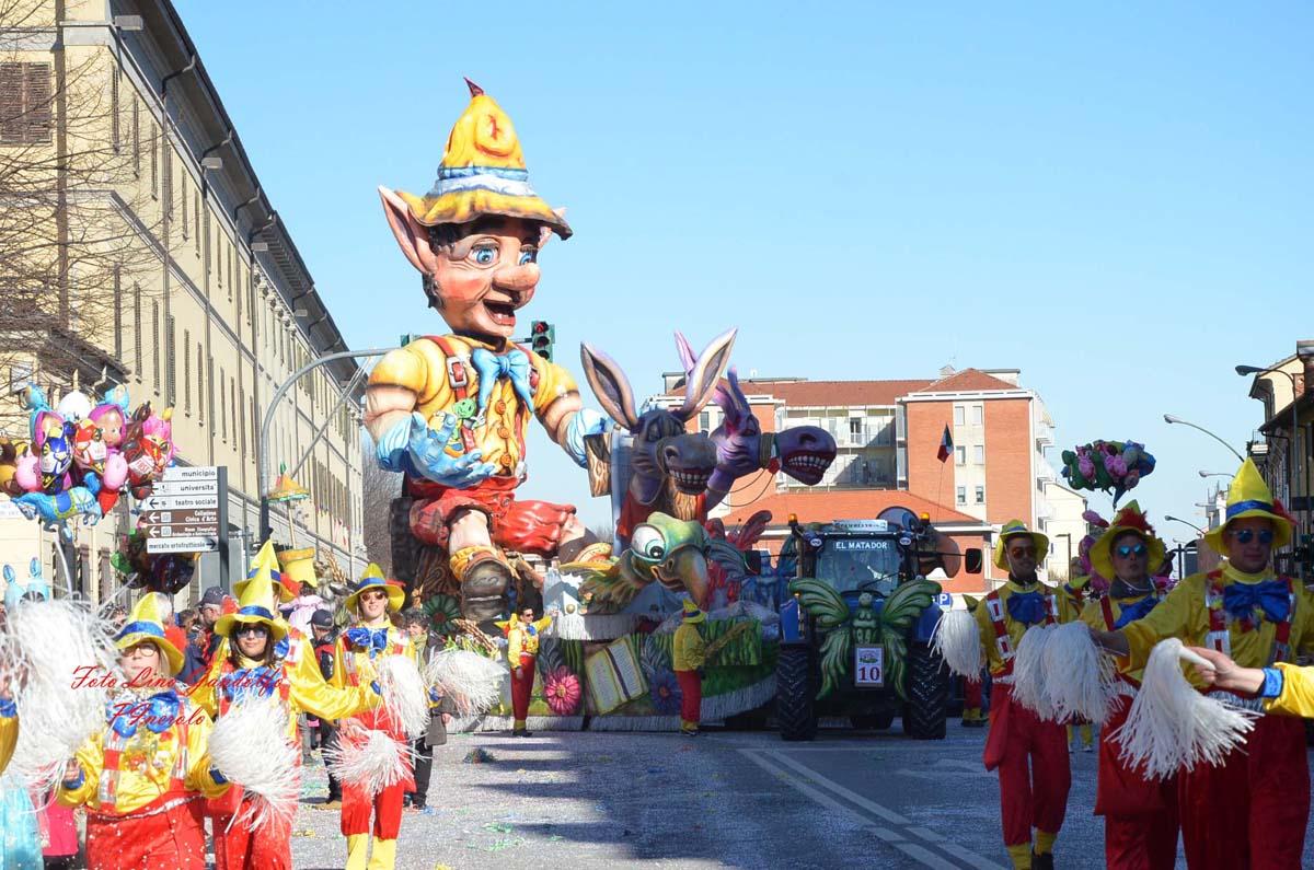[Photogallery]A Pinerolo la tradizionale sfilata dei carri di carnevale