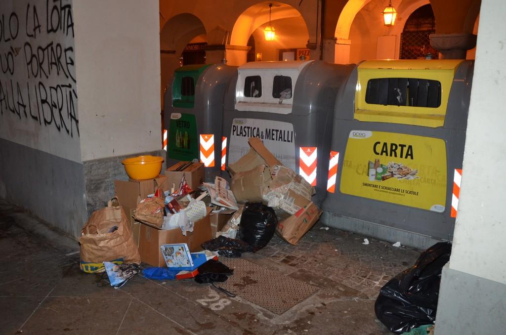 spazzatura sotto i portici del centro storico 2