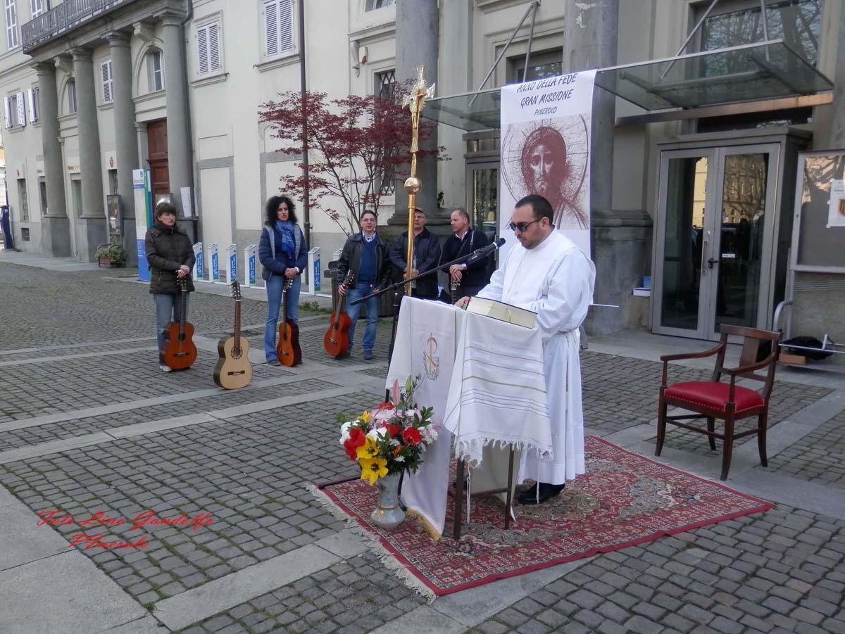 [ photogallery ] Neocatecumenali in piazza a Pinerolo per la nuova evangelizzazione