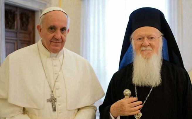 Profughi: Papa Francesco, il Patriarca Bartolomeo e l'arcivescovo Hieronymos sull'isola di Lesbo. No all'Europa dei muri