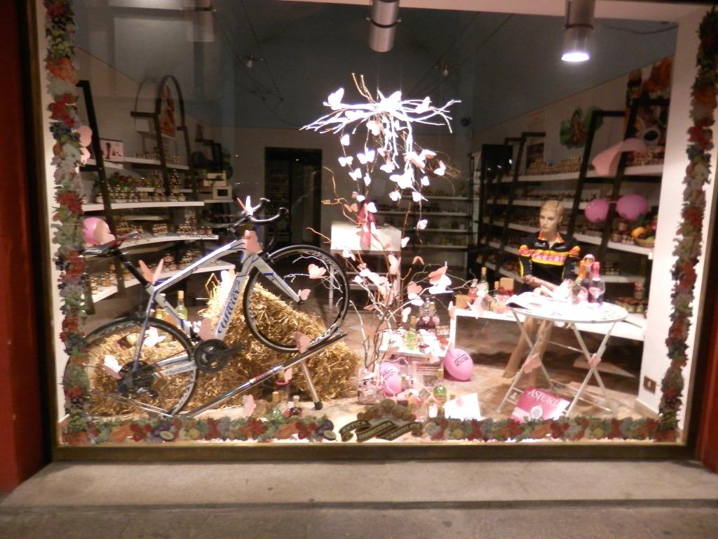 [Photogallery] Pinerolo in vena di Giro: vetrine in rosa