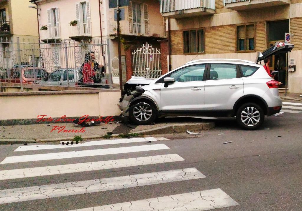 Pinerolo. Auto contro recinzione: gravi lesioni per il conducente