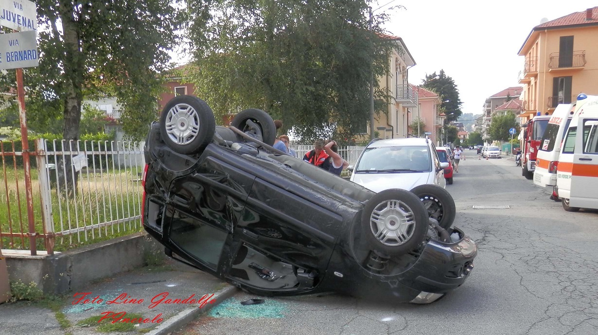 Pinerolo. Incidente con un'auto ribaltata: due feriti