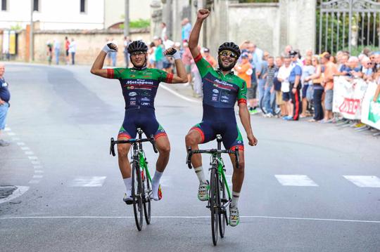 Jacopo Mosca (sulla destra) a braccia alzate insieme al compagno di squadra Damiano Cima sul traguardo di Castelnuovo Scrivia (foto Rodella)