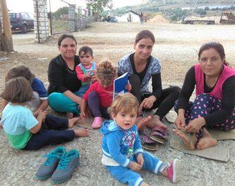 Donne e bambini nel campo profughi di Katsika