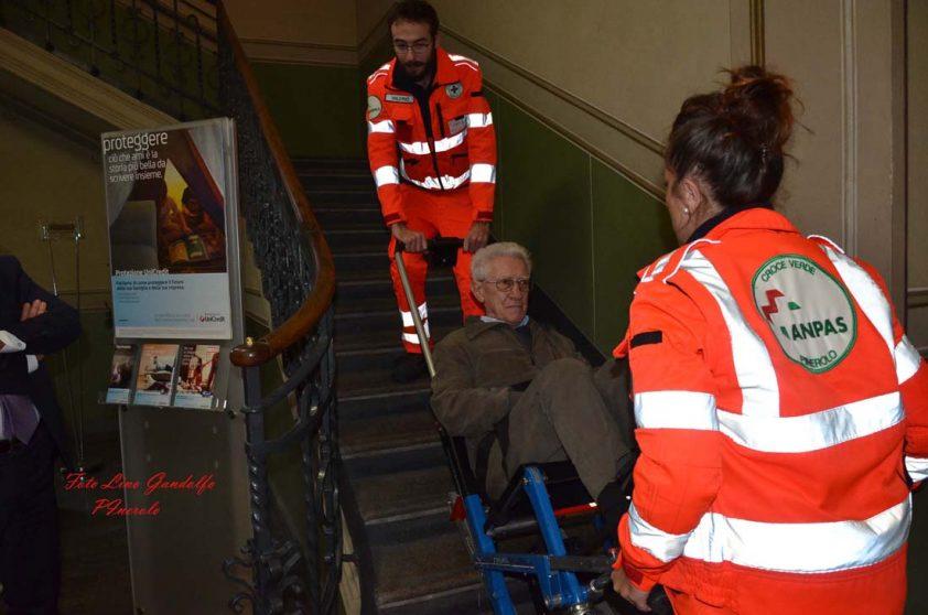 L'Unicredit dona una sedia motorizzata alla Croce verde di Pinerolo grazie a carta etica unicredit