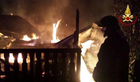 Oulx: un incendio devasta il campeggio. Nessun ferito