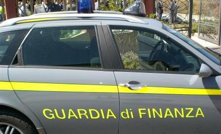 Pinerolo. La Guardia di Finanza sequestra profumi contraffatti al mercato
