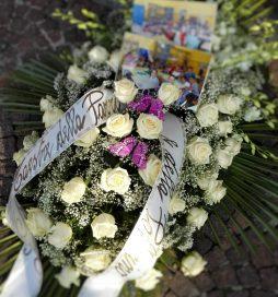 """I fiori e le fotografie della 1A e 1B, che le insegnanti della scuola primaria """"F. Parri"""" e della scuola dell'infanzia """"Pollicino"""" hanno mandato"""