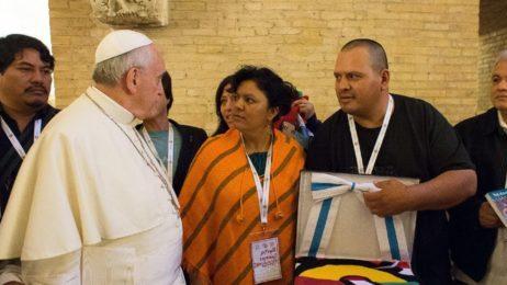 """Papa Francesco: ai movimenti popolari, """"democrazia atrofizzata"""", fate politica ma """"non lasciatevi incasellare e corrompere"""""""