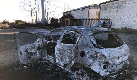 Rubata e data alle fiamme l'auto del parroco di Riva