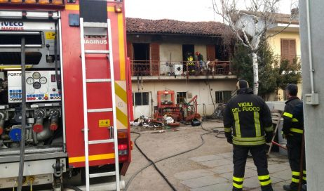 Buriasco. Sfrattato si barrica in casa e la incendia