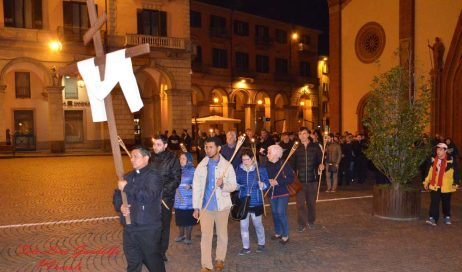 A Pinerolo la Via Crucis illumina le vie della città