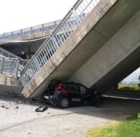 Fossano. Crolla un cavalcavia, distrutta auto dei carabinieri. Non ci sono vittime nè feriti