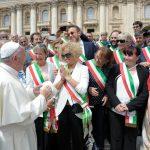 foto di gruppo dei sindaci con Papa Francesco