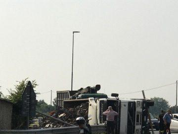 Un camion si ribalta: bloccata la rotonda di Osasco
