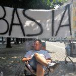 """In piazza per dire """"basta"""". A Pinerolo la singolare protesta di un cittadino"""
