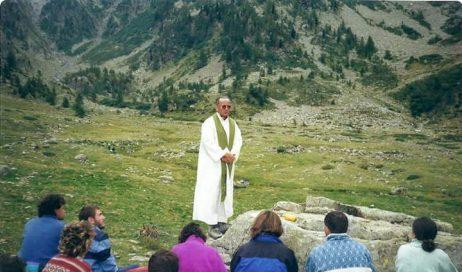 Monsignor Derio Olivero con i giovani del gruppo Laval