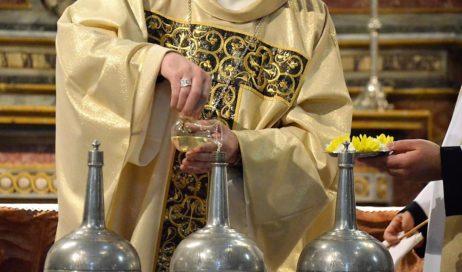 """Pinerolo. Messa del Crisma in Cattedrale. Il vescovo ai sacerdoti: """"Grazie per come mi avete accolto"""""""