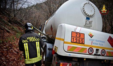 """Cumiana. Intervento dei vigili del fuoco per """"salvare"""" un'autocisterna di GPL"""