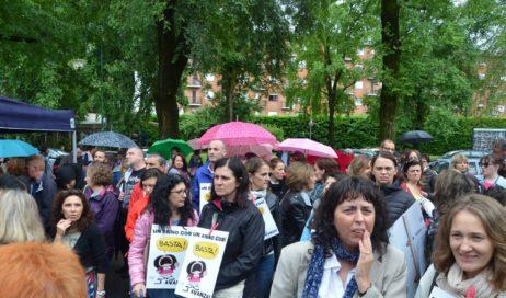 Pinerolo. Sindaci, insegnanti, genitori e ragazzi manifestano contro l'operato della dirigente scolastica Revello